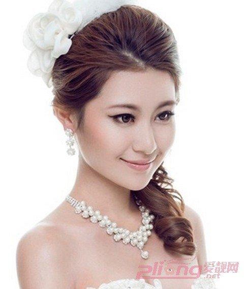 新娘的长发扎发造型,完美彰显出新娘子的典雅淑女范,微卷的头发发